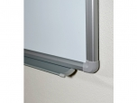 Magnetická tabule 300x120 cm s bílým lakovaným povrchem a odkládací policí